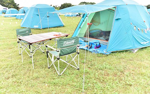 キャンプサイト利用の希望者にレンタルされるテーブルと椅子。快適なキャンプ生活が幕張で行えるのは魅力的です